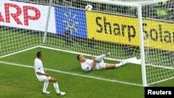 Матч Украина - Англия на Евро-2012. Капитан английской сборной Джон Терри выносит мяч их пустых ворот. 19 июня 2012 г