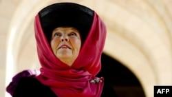 Отрекающаяся королева Беатрикс во время одного из последних визитов на монаршем посту, в Омане