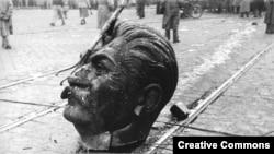 مجسمه های استالین در زمان قیام ۱۹۵۶ در مجارستان علیه حکومت کمونیستی شکسته شدند.نیروهای شوروی قیام را سرکوب کردند