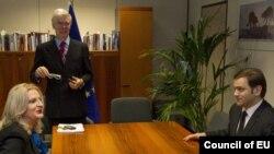 Ndërmjetësuesi evropian në bisedimet Kosovë-Serbi, Robert Kuper, kryenegociatorja kosovare Edita Tahiri dhe kryenegociatori serb Bosris Tadiq.