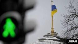 Украинский флаг над Верховной Радой Украины