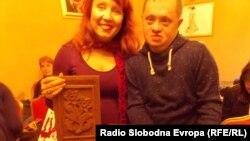 """Ида Мантон од здружението """"Центар за Даунов синдром во Македонија"""" со Васко Војневски кој прави изработки од дрво."""