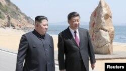 رسانههای چینی عکسهایی از ملاقات رهبر کره شمالی با رئیسجمهوری چین در شهر ساحلی دالیان را منتشر کردهاند.
