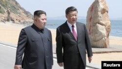 Xi Jinping (dreapta) și Kim Jong Un, la Dalian