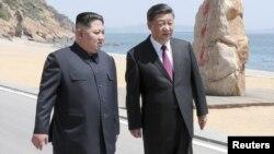 Қытай президенті Си Цзиньпин мен Солтүстік Корея лидері Ким Чен Ын Далянь қаласында жүр. 8 мамыр 2018 жыл.