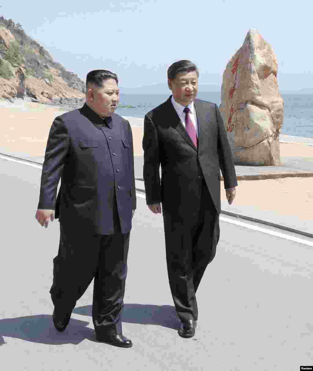 КИНА - Кинескиот претседател Кси Џинпинг се сретнал со лидерот на Северна Кореја, Ким Џон Ун во градот Далиан на ненајавени разговори пред претстојниот самит со американскиот претседател Доналд Трамп.