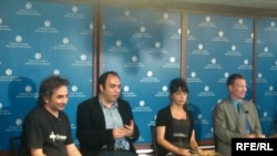 RFE/RL's Fred Petrossians (second from left) and Golnaz Esfandiari (center) joined bloggers at the US Institute of Peace (8Jul2010)