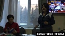 Макс Боқаевтың адвокаты Айман Омарова (оң жақта) мен Жанаргүл Боқаева. Астана, 25 қаңтар 2018 жыл.