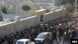 Помпезные похороны в Грузии «вошли в моду» примерно в 60-х годах прошлого столетия: в советские годы богатые похороны были признаком достатка, сейчас же люди стали придавать этому меньше значения