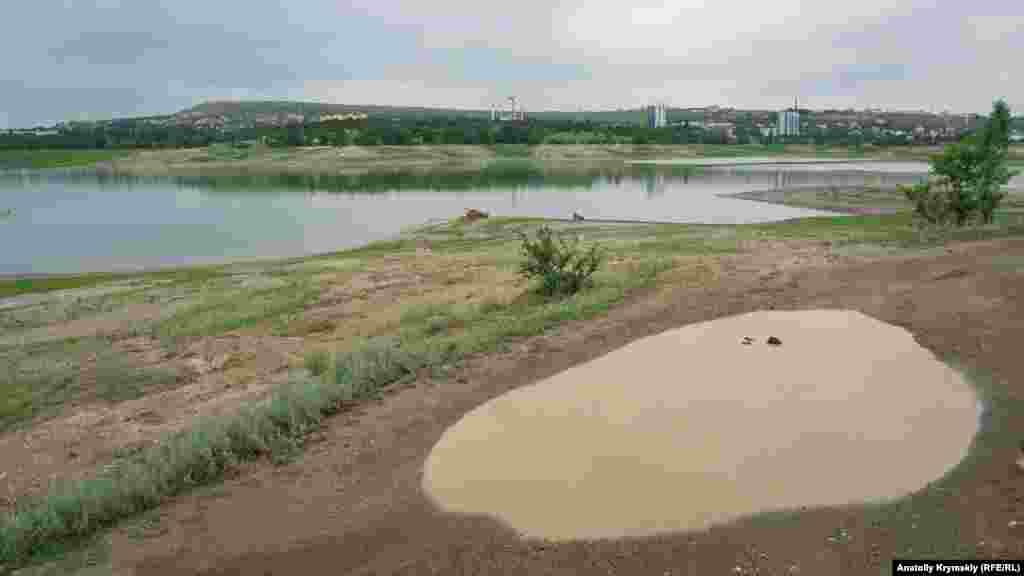 Калюжі на дорозі уздовж правого берега водосховища