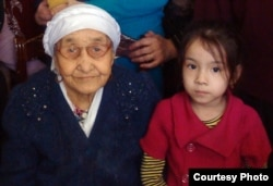 110-летняя жительница поселка Тасбогет Кызылгуль Боранбаева с внучкой. Кызылорда, январь 2012 года. Фото из личного архива семьи Боранбаевых.