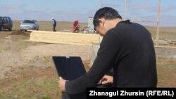 Асланбек Меркашев құрылыс басында. Ақшат ауылы, 14 сәуір 2013 жыл.