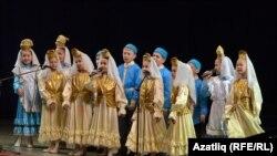 65нче татар гимназиясе укучылары чыгыш ясый