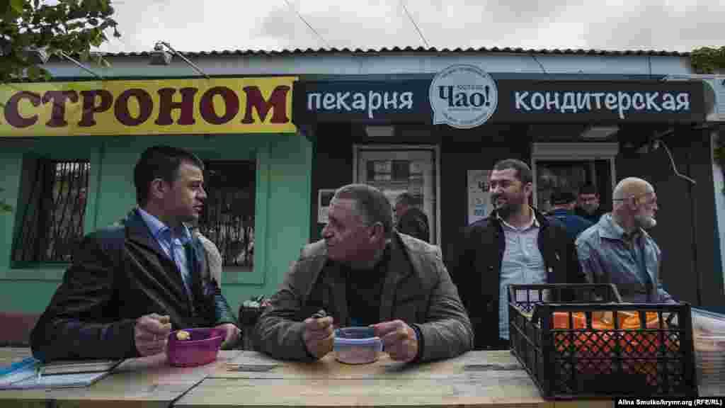 Семья Муслядинова поддерживает и тех, кто пришелна заседание суда по «делу 26 февраля». Оно также прошло в Симферополе 10 мая