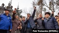 """""""Демократиялық партия"""" құруды көздеген бастама тобының жақтастары Алматыда митинг өткізіп жатыр. 22 ақпан 2020 жыл."""