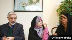 میر حسین موسوی و زهرا رهنورد در دیدار با خانواده فیض الله عرب سرخی، عضو سازمان مجاهدین انقلاب اسلامی