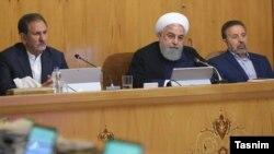 حسن روحانی (نفر وسط) همراه با اسحاق جهانگیری (چپ)، معاول اول رئیسجمهوری ایران، و محمود واعظی.