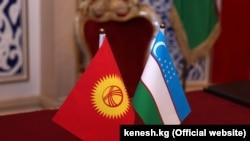 Флаги Кыргызстана и Узбекистана.