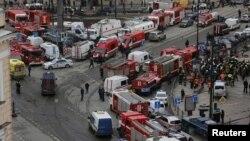 Рятувальники біля станції метро «Сінна площа» після вибуху в вагоні поїзда в Санкт-Петербурзі, 3 квітня 2017 року