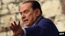 سیلویو برلوسکونی پیشتر و از وزرای عضو حزبش خواسته بود تا در صورت اصرار دولت بر افزایش مالیات، از سمت خود استعفا کنند.
