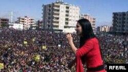 آيين های استقبال عيد نوروز در شهرهای مناطق کردنشين ترکيه با شرکت صدها هزار نفر آغاز شده است.