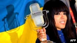 Sweden's Loreen, the winner of the Eurovision Song Contest for 2012, poses with her trophy in Baku.