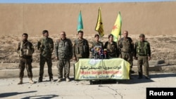 Командиры повстанческого отряда «Демократические силы Сирии» проводят пресс-конференцию в сирийском городе Айн Исса. 6 ноября 2016 года.