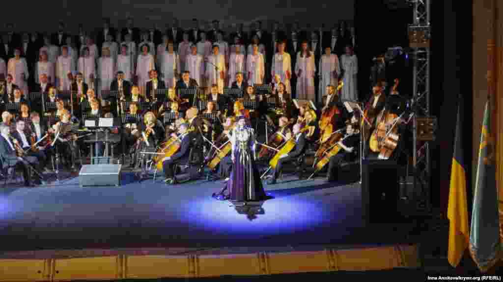 Со сцены оперы прозвучали стихи на крымскотатарском и украинском языках