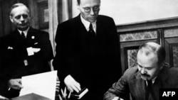 Подписание документов пакта «Молотова-Риббентропа»