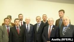 Rifat Çubarov (ortada), Krym tatarlarynyü milli Mejlisiniň agzalary Tatarystanyň parlamentinde maslahat etdiler. Simferopol, 28-nji fewral, 2014