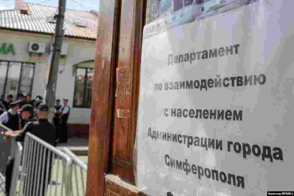 Глава адміністрації Сімферополя Геннадій Бахарєв на своїй сторінці у Фейсбуці повідомляє, що «демонтаж ведеться на підставі постанови Ради міністрів РК№465»