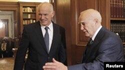 Грекия премьер-министрі Георгиос Папандреу Афиныда ел президенті Каролос Папоулиаспен кездесіп тұр. 9 қараша, 2011 жыл.