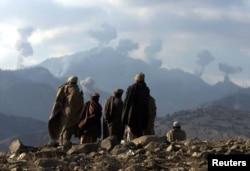 Talybanlara garşy durýan ýerli owgan topary Tora Bora daglarynda koalision güýçleriň geçirýän hüjümlerine syn edýär.