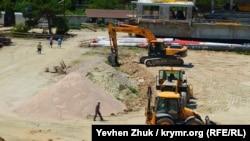 Строительные работы сейчас не ведутся, на площадке несколько рабочих, июль 2019 года