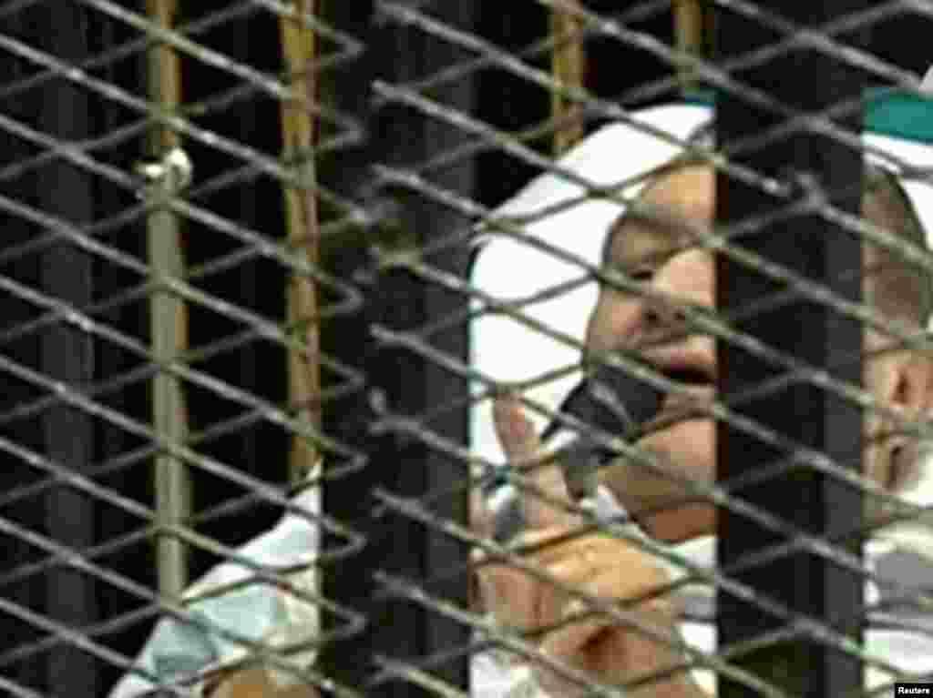 Mubarak məhkəməyə xəstəxana çarpayısında çıxarlır, dəmir barmaqlıq arxasında ifadə verir. 3 avqust 2011