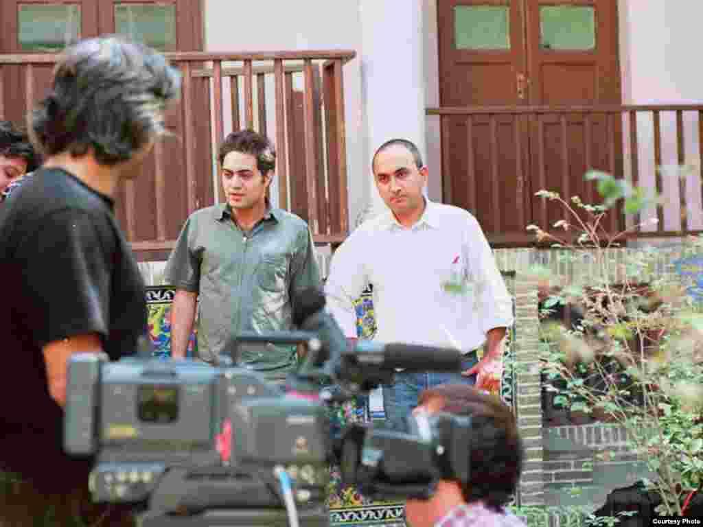 محسن شهرنازدار (وسط) و سام کلانتری (راست) در پشت صحنه فیلم خانه شماره ۱۳