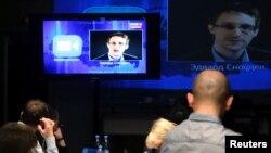 تصویری از ادوارد اسنودن، کارمند پیشین نهادهای اطلاعاتی آمریکا، در تلویزیون روسیه