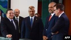 Pjesëmarrës në takimin e Berlinit: Jose Manuel Barroso (i pari majtas), Hashim Thaçi (në mes) dhe Edi Rama (i dyti nga e djathta)