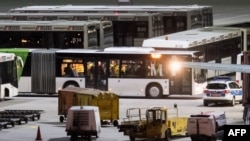 Автобусы с афганскими беженцами. Архивное фото