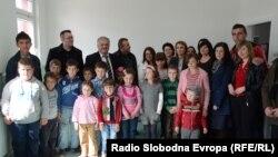 Сопруги од Албанија со децата во училиштето во село Далбеговци.