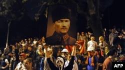 Demonstrant drži plakat sa slikom Mustafe Kemala Ataturka, 2013.