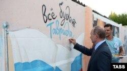 Президент России Владимир Путин (на первом плане) во время посещения Всероссийского молодежного форума «Таврида на Бакальской косе». Крым, 19 августа 2016 года.