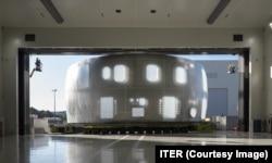 Элемент массивного кожуха из нержавеющей стали для Международного экспериментального термоядерного реактора прибывает в пункт назначения на юге Франции в августе.