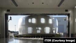 Элемент массивного кожуха из нержавеющей стали для Международного экспериментального термоядерного реактора прибывает в пункт назначения на юге Франции, август 2020 года