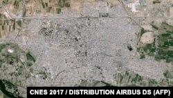 این تصویر هوایی از رقه، توسط ماهوارهای در ۱۱ مارس ۲۰۱۷ گرفته شده و ایرباس دیاس آن را در اختیار رسانهها گذشتهاست