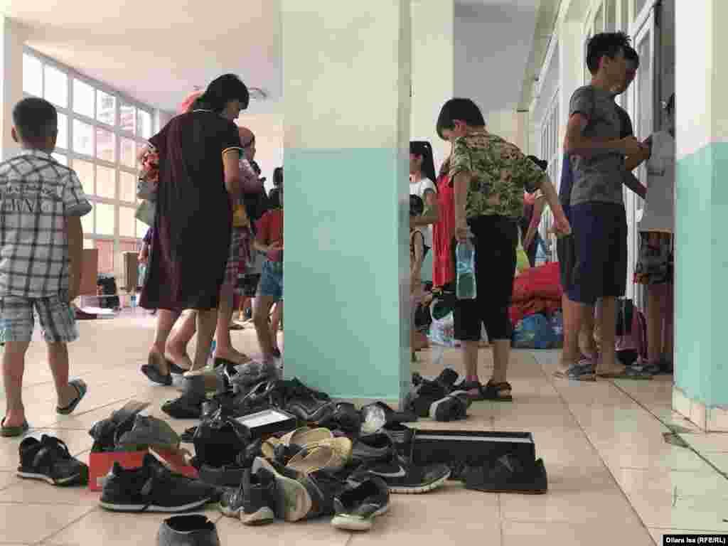 Одежда и обувь, собранные волонтёрами для эвакуированных жителей города Арысь.