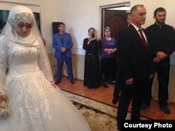 Несовершеннолетняя Хеда Гойлабиева была выдана замуж за женатого начальника Ножай-Юртовского РОВД Нажуда Гучигова в 2015 году