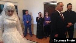 Несовершеннолетняя Хеда Гойлабиева вышла замуж за женатого начальника Ножай-Юртовского РОВД Нажуда Гучигова в 2015 г. Свидетелем был спикер парламента республики М. Даудов (справа)