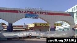 Надпись на белом полотне «Все на хлопок» при входе в Торговый центр в Чиназском районе.