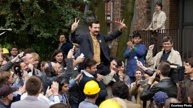 روبرت ويکیويتس در نقش لخ والسا در فیلم «مرد امید» ساخته آندره وایدا.